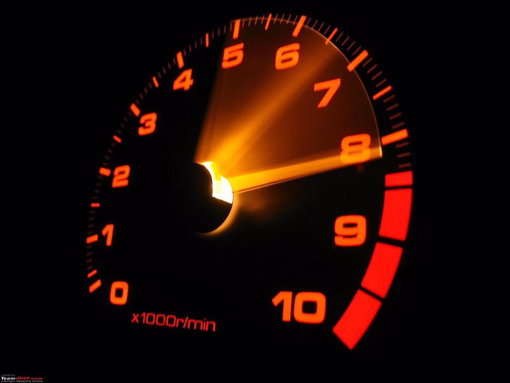 שעון סיבובי מנוע בצבע כתום, מחט מראה 8
