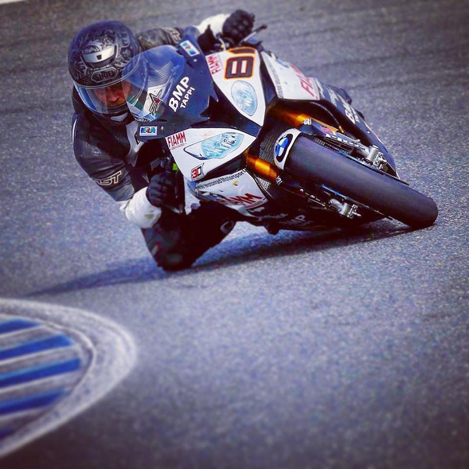 אופנוע מירוץ של במוו, הרוכב עם מבט מפוקס וברך באספלט
