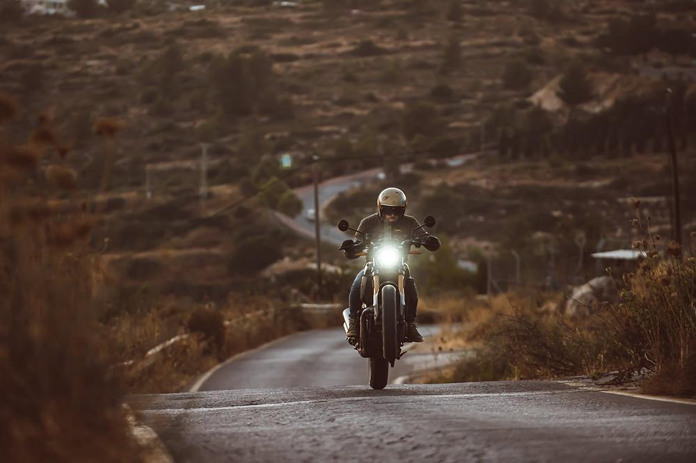 אופנוע על גלגל אחד, ווילי, כביש מפותל, שיחים
