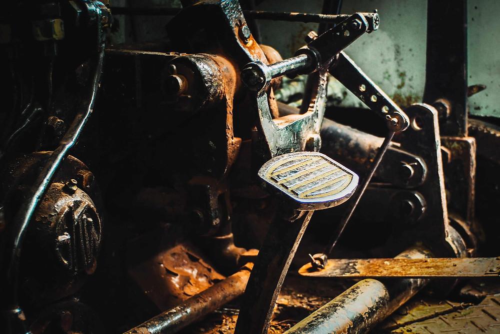 תמונת תקריב של אופנוע ישן, חלודה, דוושת בלם