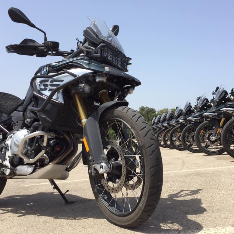 אופנוע במוו 800 משטרתי וברקע שורת אופנועים מסודרים