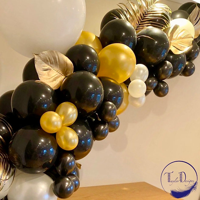 blacl and gold balloon arch, balloon sty