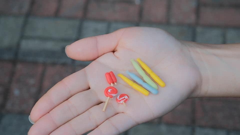 《吱吱冰》 節錄於《細細個嗰一刻》(第三屆香港青年作家比賽獲選作品)15個微縮模型 x 童年故事本地青年作家若曦,運用無限創意,創作各款演繹真摰本土情懷的微縮模型:糖蔥餅、大排檔奶茶、牛腩麵、魚蛋……分享點點滴滴的童年回憶,為讀者帶來會心微笑的共鳴。