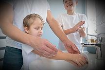 hermanos-dia-padre-que-lavan-manos_23-21