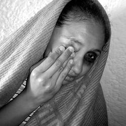 Título: ¿Quién manda el juego?... Año: 2004 Técnica: Foto-Objeto. Fotografía digital, Acrílico y metal. Dimensiones: 60x80x60cm Pieza Única Colección Hugo Quinto. Guatemala Premio Único Banco Cuscatlán