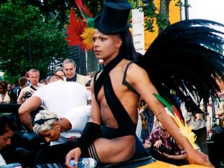 Título: ¿Libertad, igualdad, fraternidad?... Año:2004 Técnica: Video sonorizado, Instalación Dimensiones: Variables Mención Honorífica XIV Bienal de Arte Paiz. Guatemala