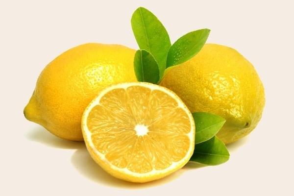 Mettre du jus de citron sur les vergetures