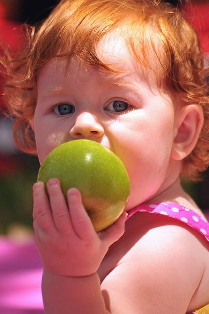 bebe qui mange une pomme