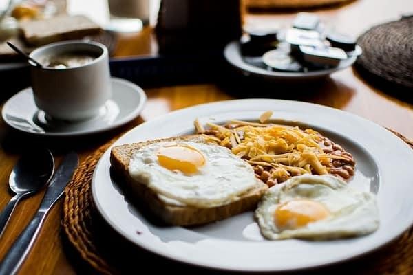 Enrichir son petit-déjeuner avec des protéines pour rester en forme