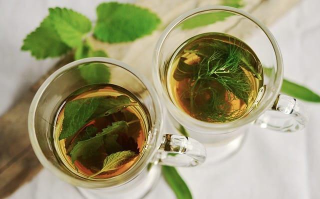 Boire du thé à la menthe le soir
