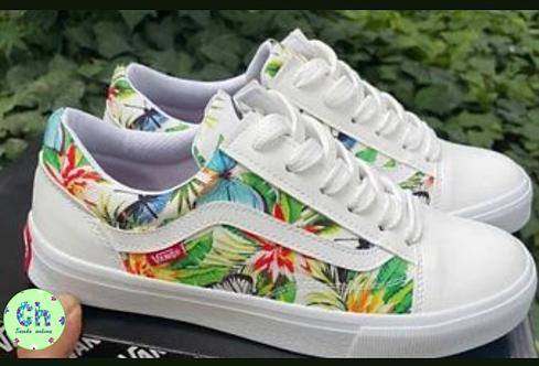 Casuales blancos con diseño de flores