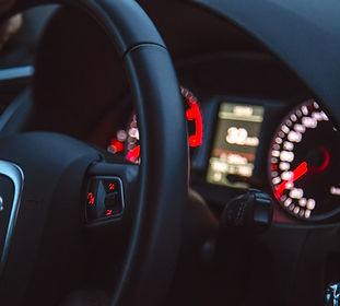 Interior del coche con las luces