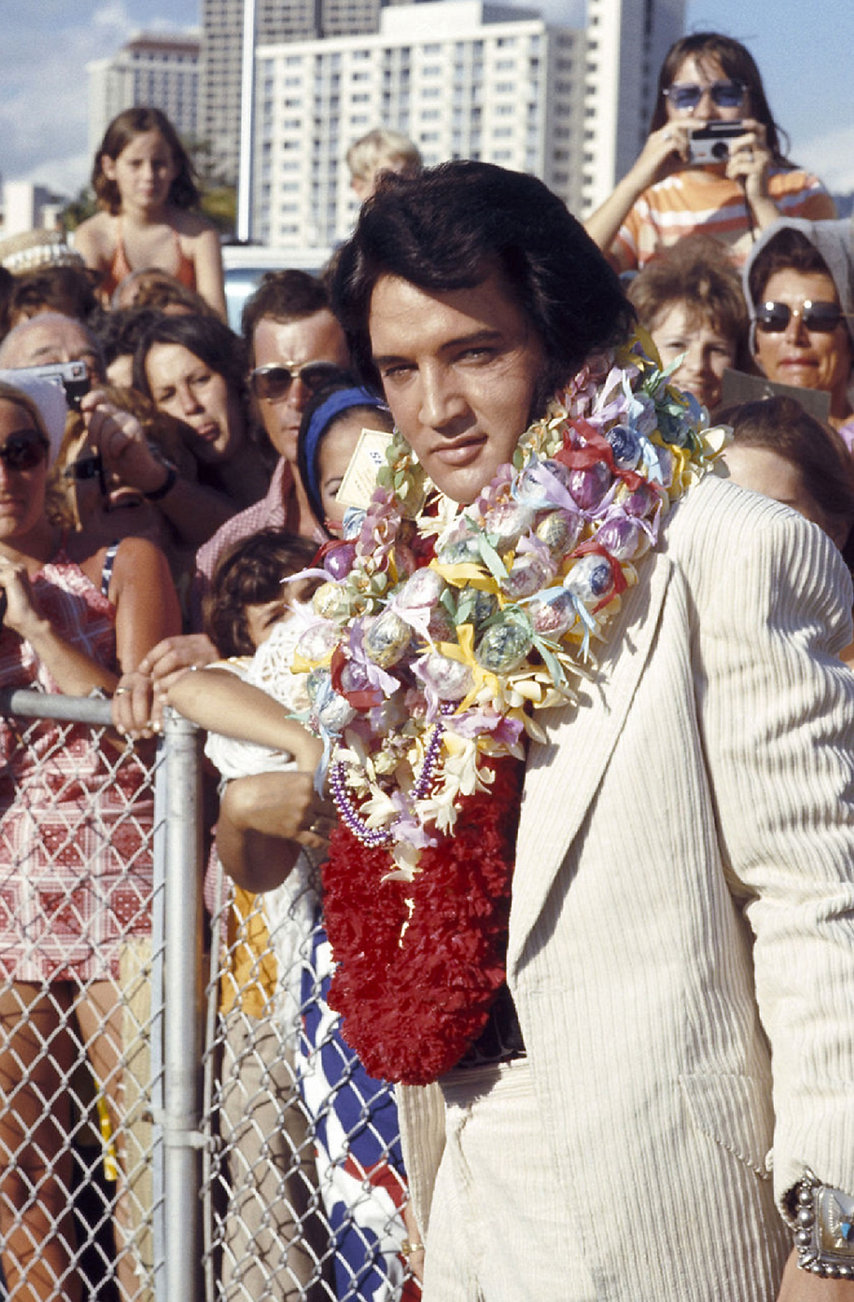Elvis arrives in Hawaii for his iconic t