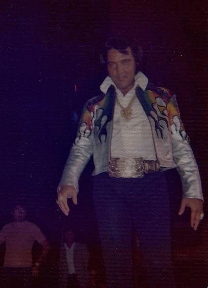 Elvis Presley entering Tom Jones' stage 1973, LV.