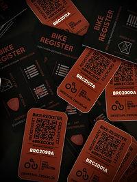 Der eBIKECODE-Sticker mit fortlaufender Registrierungsnummer und QR-Code. Spezieller Aufkleber mit Extremklebstoff der das Entfernen erschwert.