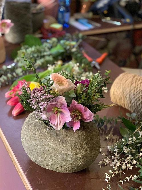 Sasso con composizione di fiori freschi