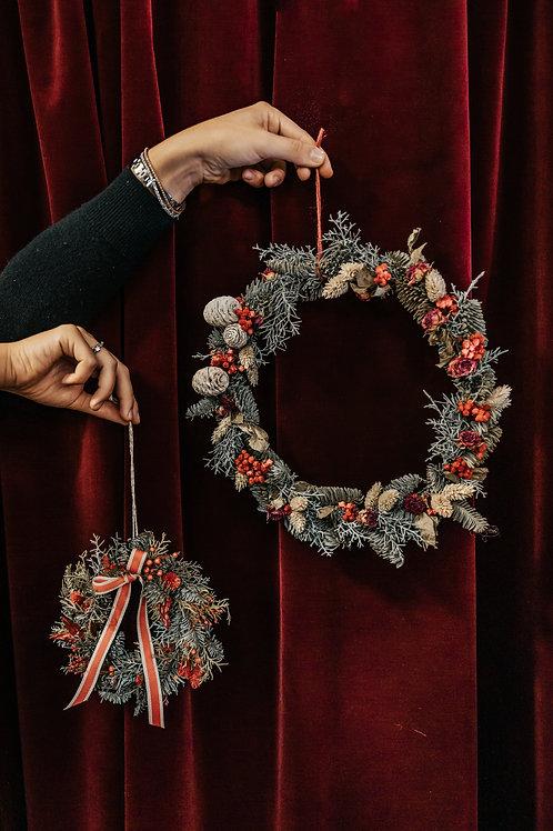 ghirlanda sottile natalizia con abete e fiori secchi rossi