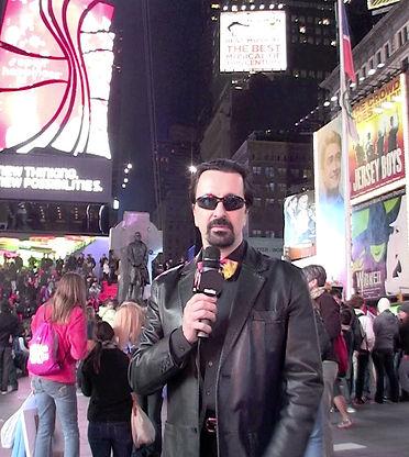 Stefano a Times Square MICROFONO wide_ed