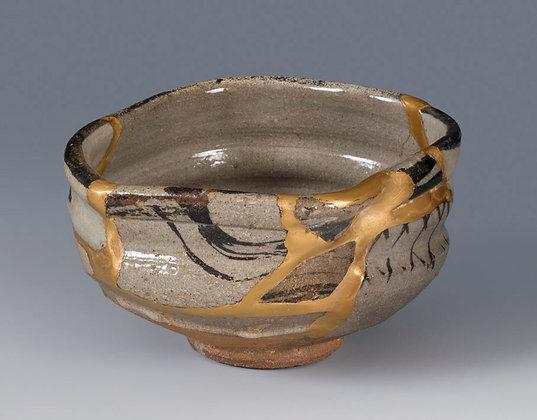 kintsugi teabowl mended ceramics gold lacquer flickwerk