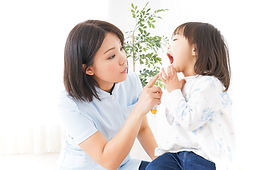 歯の健康チェックの女の子と女性の歯科衛生士