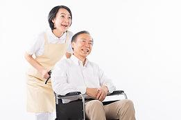 車椅子に乗っている男性