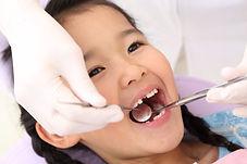 歯科治療中の女の子