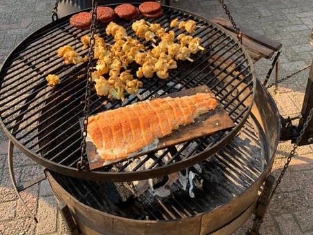 Barbecue je zalm op een cederhouten plank voor een heerlijke houten rooksmaak