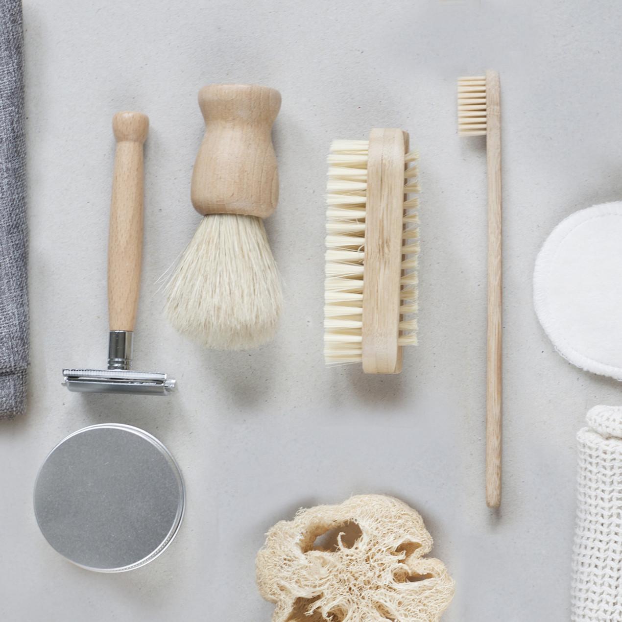 Implementos de aceo sostenibles. Cepillo de dientes, brocha de afeitar, maquina de afeitar y cepillo sostenibles, madera en el baño