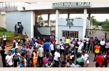 LASU #Occupy Lagos State Governor's Office over Tuition Hike