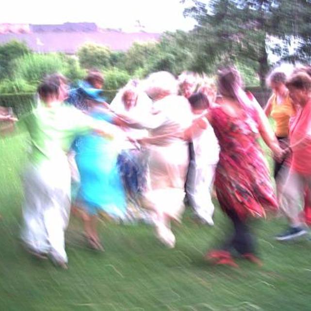 Monatliches Tanzen im Kreis - im Hellen