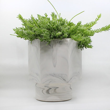 Zelfwatergevende bloempot Hapi met kleine plant in white marble van het merk House Raccoon.