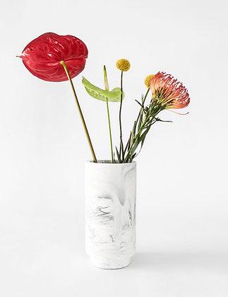 Vaas in white marble met bloemen van het merk House Raccoon.