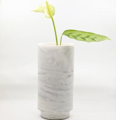 Vaas in white marble met bloem van het merk House Raccoon.