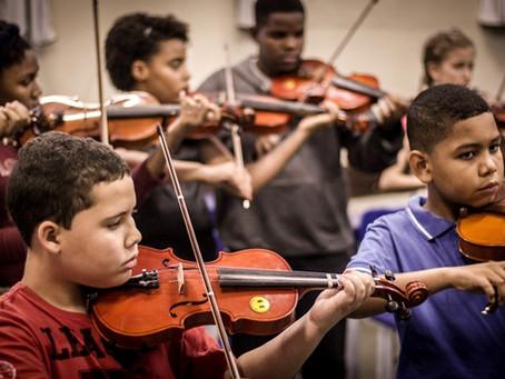 Orquestra nas Escolas apresenta 'Concertos de Natal' na Maré e no Alemão