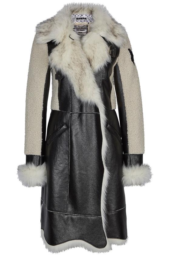 Outdoor-Mantel von Sportalm aus edlem, schwarzen Kunstleder im Materialmix mit langem und kurzem Webpelz in Weiß. Preis ca. 499 Euro.