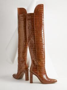Braune Overknee-Stiefel von Max Mara, mit Krokodildruck, Ziernähten an den Seiten und bezogenem Absatz. Preis ca. 879 Euro. 