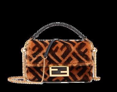 """Tasche """"Mini Baguette"""" von Fendi aus braunem Lammfell mit ikonischem, aufgedrucktem Fendi Logo in Dunkelbraun. Preis ca. 1.980 Euro."""