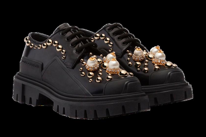 Schwarzer Derby von Dolce & Gabbana im Trekking-Stil aus glänzendem Kalbsleder mit Perlenstickerei und goldenen Nieten. Preis ca. 995 Euro.