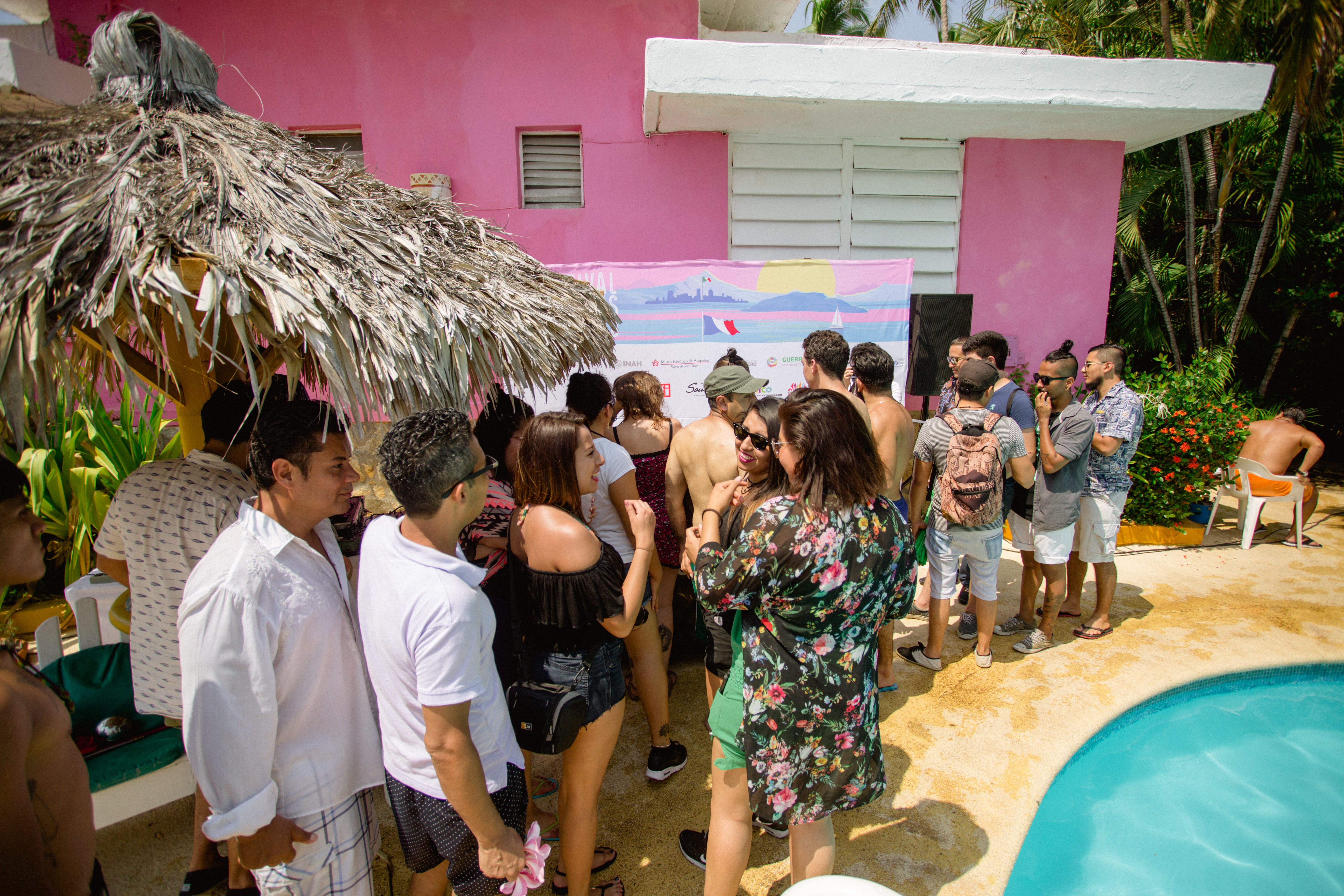 Asistentes a pool party