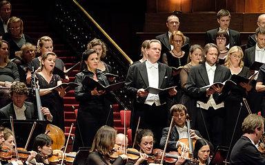 קונצרט ווקאלי של התזמורת המלכותית קונצרטחבאו - אמסטרדם. הרקוויאם מאת מוצרט, סטבט מאטר מאת שוברט וכן הסימפוניה ה-8 (הבלתי גמורה) מאת שוברט בקונצרט המוקדש לזכרו של המנצח ניקולאס הננקורט, במלאת שנה למותו.