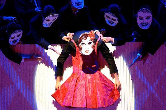 לה טראוויאטה בהפקה זו, של פסטיבל זלצבורג, מככבים שלושה מזמרי האופרה הגדולים של זמננו. בתפקיד ויולטה, אנה נטרבקו, אשר בשנת 2005, כאשר צולמה הפקה זו, היתה אחד מכוחות האופרה המבטיחים, וכיום היא הדיווה הגדולה של עולם האופרה.