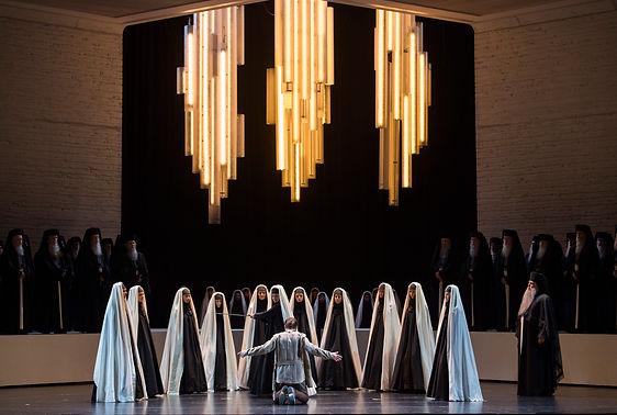 """הפקה מיוחדת בבימויה של האמנית האיראנית שירין נשאט, אשר חיה ופועלת בניו יורק. נשאט מגדירה את עצמה אמנית בגלות.    היא עוסקת בסוגיות של זהות פוליטית, דתית וכן בסוגיות הקשורות לפמיניזם. לכן, אין זה מפתיע שהמנהל האמנותי של פסטיבל זלצבורג הזמין אותה לביים דווקא את האופרה """"אאידה"""" אשר עוסקת בסוגיות דומות של אדם - דת - מדינה וכוחן של הנשים בחברה גברית, דתית ומיליטנטית."""
