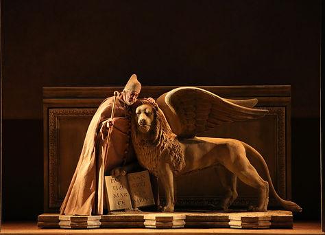 """""""שני הפוסקארים"""" היא אופרה מוקדמת ביצירתו של ורדי. היא הולחנה רק שנתיים אחרי """"נבוקו"""" והוצגה לראשונה ברומא בשנת 1844. העלילה מתרחשת בוונציה במאה ה-15 ומתארת טרגדיה אישית על רקע אירועים פוליטיים. נושא החוזר כחוט השני ביצירתו של ורדי. העלילה מבוססת על מחזה מאת לורד ביירון, מגדולי המשוררים הרומנטיים, אשר מבסס מחזה זה על אירועים שהתרחשו בוונציה במאה ה-15."""