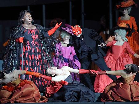   מפסטיבל הארנה די ורונה, פסטיבל האופרה המרשים בעולם, הפקת ענק בהשתתפות מאות אמנים על במה מרשימה בבימוי ובעיצוב של פייר לואיג'י פיצי.