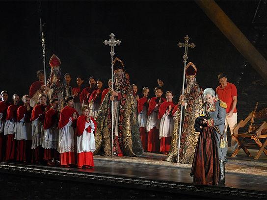 טוסקה היא אחת מגיבורות האופרה הגדולות בכל הזמנים. ביצירה ריאליסטית, פוליטית, מותחת ודרמתית עוסק פוצ'יני בעיר רומא של שנת 1800 הנאנקת תחת השלטון השסוע והאלים. ביצוע בימתי מרשים מפסטיבל הארנה די ורונה, בניצוחו של מאסטרו דניאל אורן.