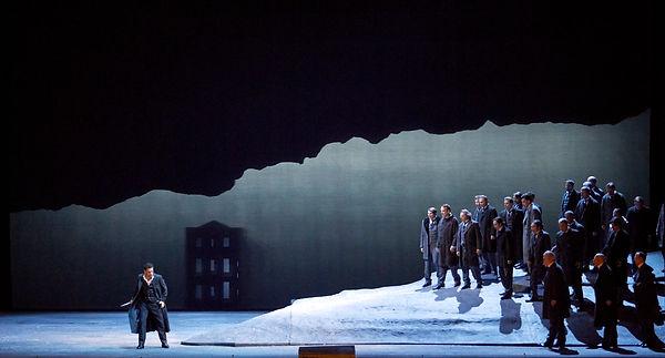 """האופרה """"לוצ'יה די למרמור"""" הולחנה על ידי המלחין האיטלקי גאטנו דוניצטי בעיצומה של תקופת הבל-קנטו האיטלקי. בל קנטו – השירה היפה - הוא המענה המוזיקלי לסגנון המלודרמה בתיאטרון שאופייני למאה ה-19. אידאל של מוות מאהבה, רגשות עזים וטירוף, שמובעים באופרה בשירה קיצונית, וירטואוזית, מלאת קישוטים קוליים (קולורטורות) וצלילים גבוהים ומאתגרים."""
