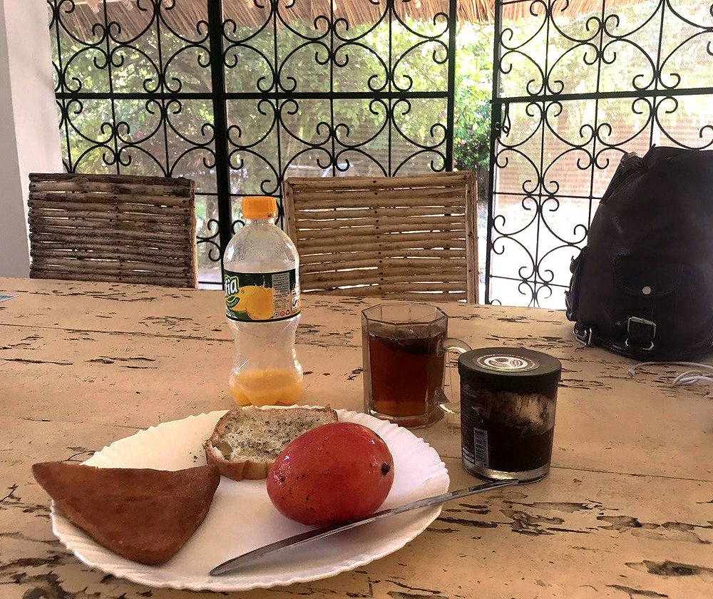 Afya è una delle marche più buone di succo di mango. Il triangolino è il Mahambri, una specie di gnocco fritto che si può mangiare dolce o salato. Il frutto è un dolcissimo apple mango