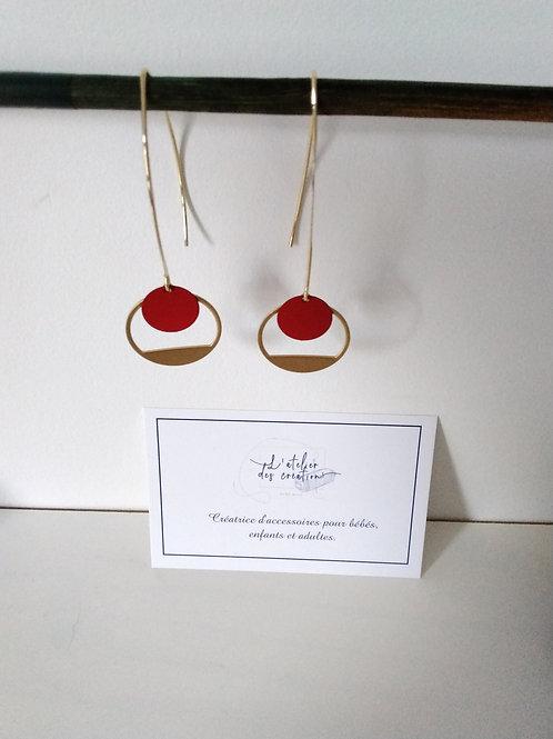 Boucles d'oreilles crochet en métal doré avec demi cercle évidé et sequin rouge