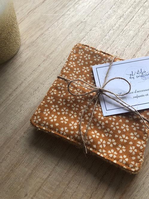 Lingettes en coton et éponge bambou motifs fleurs beige sur fond moutarde