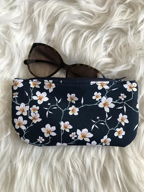 Trousse / étui à lunettes en coton fleurs d'amandier sur fond marine